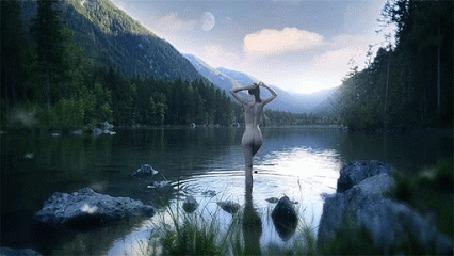 Анимация Обнаженная девушка купается в горном озере