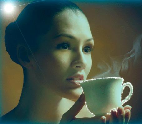 Анимация Девушка подносит к губам чашку с дымящимся кофе
