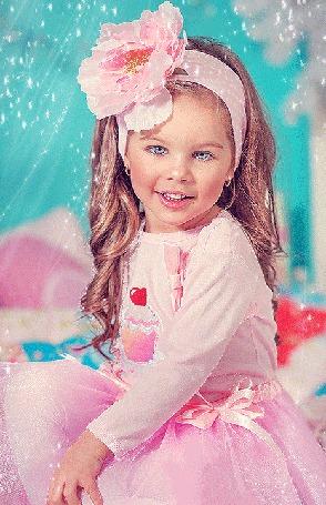 Анимация Маленькая девочка в розовом платье, с большим розовым бантом на голове сидит и моргает ресницами