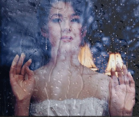 Анимация Моника Анна Мария Беллуччи / Monica Anna Maria Bellucci/ — итальянская киноактриса и фотомодель стоит у окна, по стеклу которого стекают капли дождя