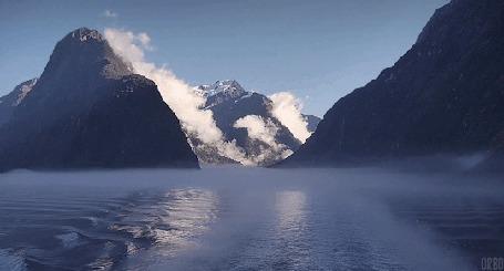 Анимация Течение реки у скалистых гор, укрытых туманом