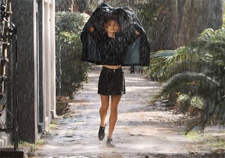 Анимация Девушка укрывается курткой от дождя (© Seona), добавлено: 21.04.2015 11:58