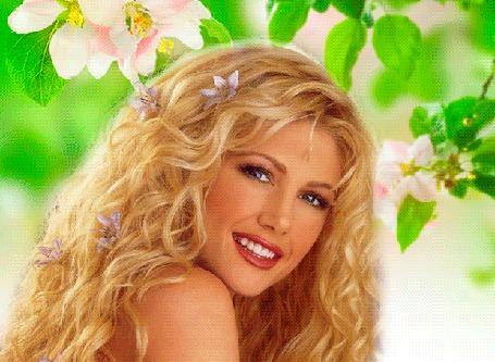 Анимация Девушка блондинка с цветами в волосах улыбается, сидя под ветками цветущего дерева с яркими зелеными листьями (© Akela), добавлено: 21.04.2015 23:32