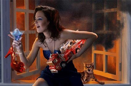 Анимация Девушка держит под рукой игрушечную пожарную машину и с восхищением смотрит на пылающий голубым огонь в бокале, рядом сидит перепуганная рыжая кошка