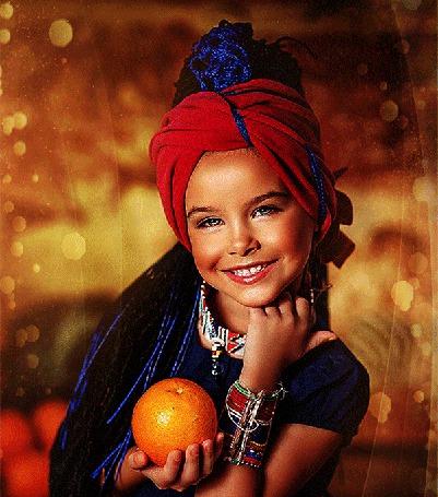 Анимация Девочка в восточном наряде улыбается и держит в руке оранжевый апельсин