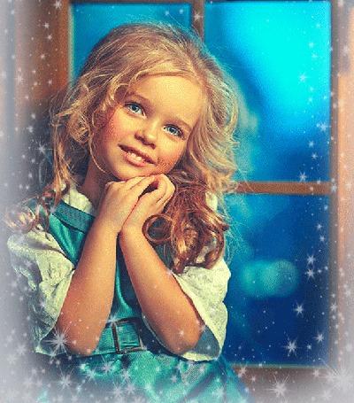 Анимация Девочка сложив ручки мечтательно улыбается, моргая ресницами (© Akela), добавлено: 22.04.2015 17:53