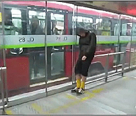 Анимация Парень заснул на поручнях в метро, а когда подошел поезд, решил упасть (© Anatol), добавлено: 23.04.2015 00:31
