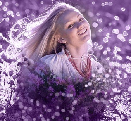 Девушка блондинка с букетом цветов фото