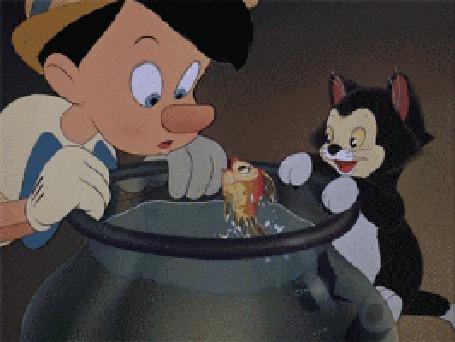 Анимация Кот Фигаро и Пиноккио наблюдают за золотой рыбкой, резвящейся в аквариуме, мультфильм Пиноккио