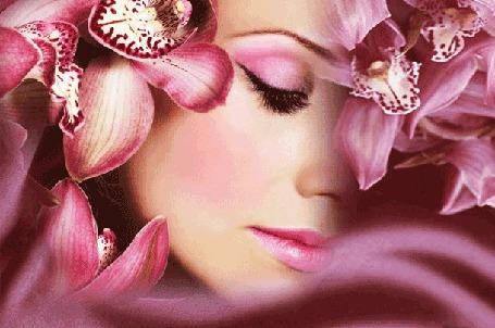 Анимация Лицо девушки в обрамлении сиреневых цветов