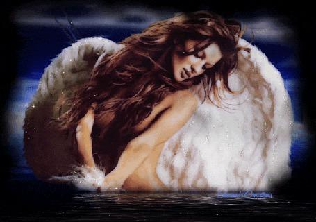 Анимация Обнаженная девушка-ангел стоит в воде, склонив голову. Она держит в руках пух от своих белых перьев, который блестит