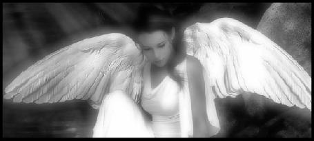 Анимация Девушка-ангел в белом платье сидит у воды, опустив голову