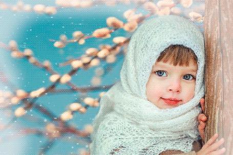 Анимация Девочка в белом платке стоит и гладит дерево (© Akela), добавлено: 01.05.2015 05:26