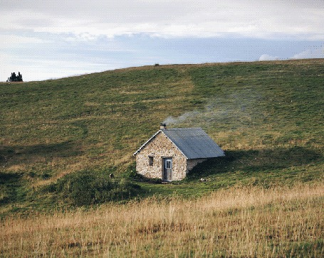 Анимация Красивый пейзаж - домик, из трубы которого вьется дымок, стоит на склоне холма, работа Жульена Дувье / Julien Douvier (© Anatol), добавлено: 02.05.2015 17:28