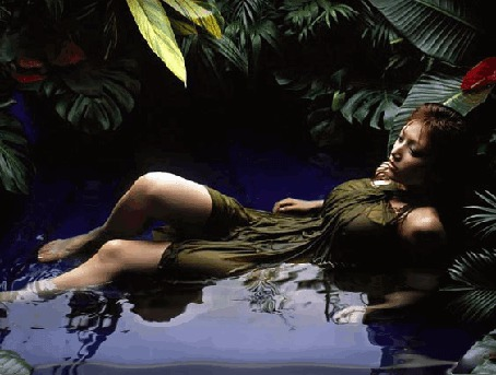 Анимация Девушка лежит в воде среди крупных листьев