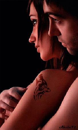 Анимация Парень обнимает сзади девушку с тату воющего волка на предплечье, на фоне огромной Луны, Akela 73