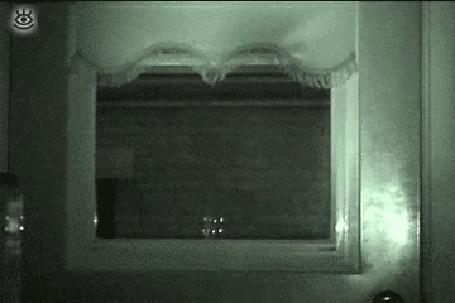 Анимация Глубокой ночью в окно заглядывает черный кот с горящими глазами