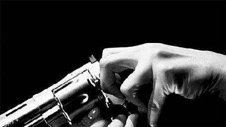 Анимация В руках пистолет и падающие пули (© zmeiy), добавлено: 05.05.2015 22:53