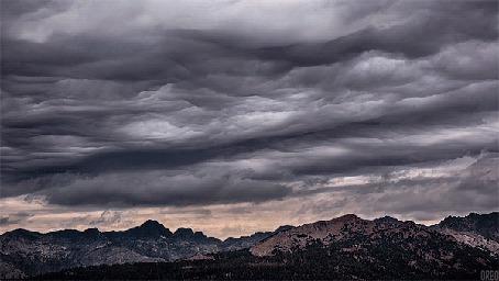 Анимация Проплывающие над горами облака в небе