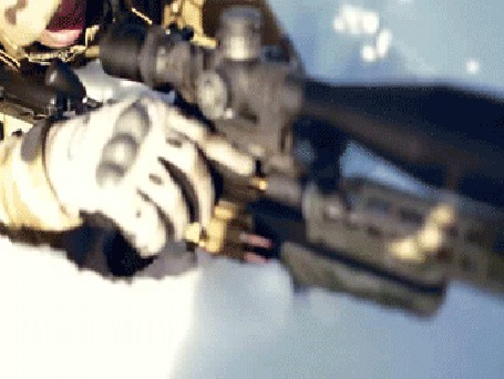 Анимация Снайпер лежа в снегу, стреляет с винтовки по новогодней елке с игрушками