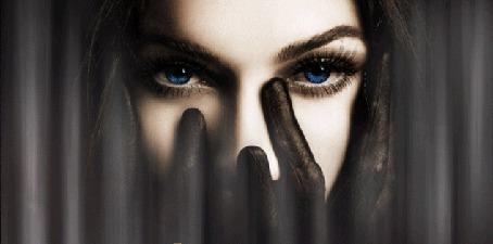 Анимация Девушка с синими глазами прикрыла руками в черных перчатках нижнюю часть лица (© Akela), добавлено: 08.05.2015 17:01