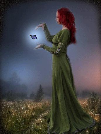 Анимация У рыжеволосой девушки в длинном зеленом платье между рук застыла в полете бабочка, махая крыльями