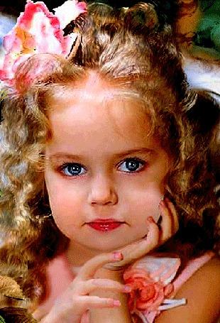 Анимация Синеглазая девочка с кудрявыми волосами и цветком в волосах, подперла свою головку ручонкой