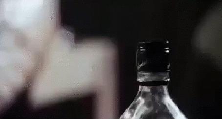 Анимация Мужские руки наливают стопарик алкаголя