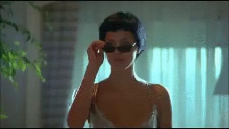 Анимация Девушка-киллер в солнцезащитных очках грациозно калечит полицейскую охрану (фрагмент из супер триллера Новичок Хан Донг 2015 ОБНАЖЕННОЕ ОРУЖИЕ)