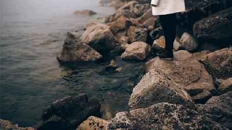Анимация Девушка стоит у воды (© Seona), добавлено: 11.05.2015 20:59