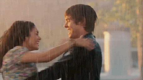 Анимация Парень и девушка танцуют вальс под дождем
