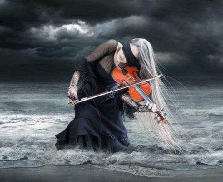 Анимация Девушка, с черной повязкой на глазах, играет на скрипке в волнах на берегу моря на фоне грозового неба