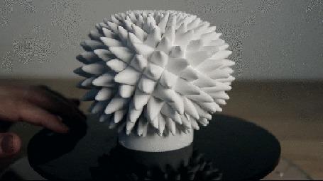 Анимация Рука лежит на столике, на котором стоит и вращается сфера из множества белых конусов (© Akela), добавлено: 13.05.2015 14:20
