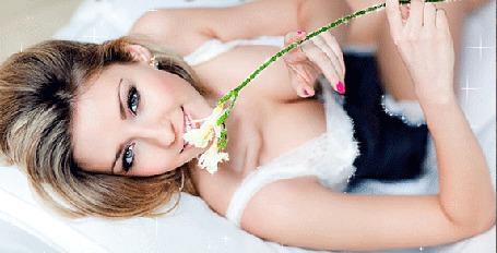 Анимация Девушка лежит с белым цветком в руке и улыбается (© Akela), добавлено: 13.05.2015 15:08