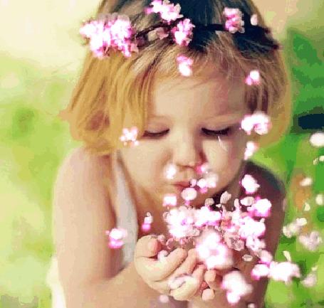 Анимация Девочка сдувает с рук весенние цветы
