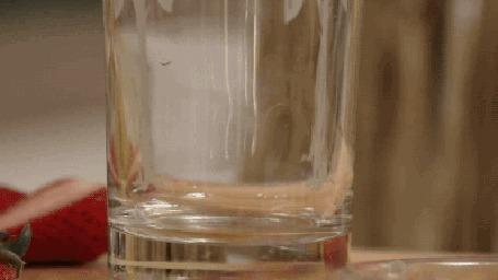 Анимация Девушка приготовила фруктовый десерт, который наполняет стакан (© zmeiy), добавлено: 13.05.2015 20:59