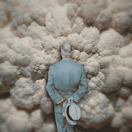 Анимация Мужчина с шляпой в руках за спиной, стоит и смотрит на набегающие клубы дыма (© Akela), добавлено: 14.05.2015 15:09