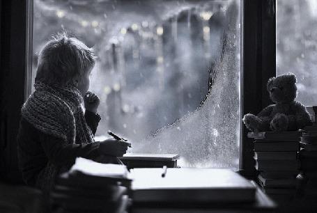 Анимация Мальчик сидит у окна и смотрит на падающий снег