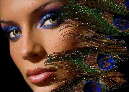 Анимация Девушка с голубыми тенями глаз и с павлиньими перьями, в виде украшений (© Akela), добавлено: 15.05.2015 06:10