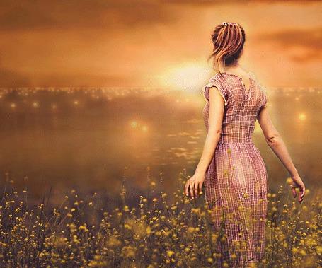 Анимация Девушка стоит среди полевых цветов и смотрит на бегущие по воде огоньки (© Akela), добавлено: 17.05.2015 02:59
