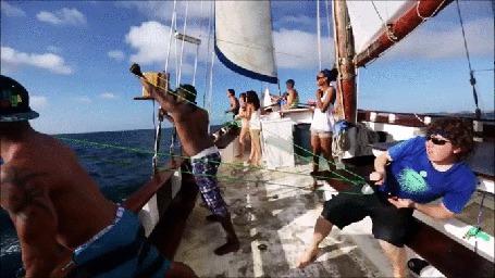 Анимация Загорелые туристы обстреливают соседнюю лодку водяными снарядами
