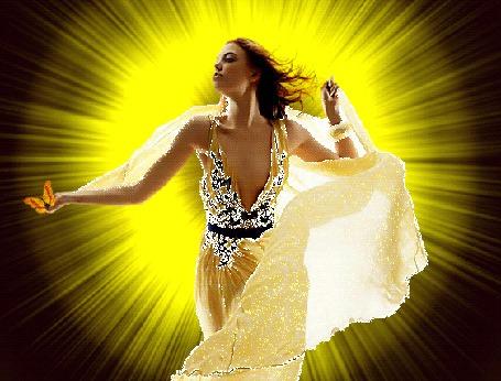 Анимация Девушка в прозрачных одеждах стоит на фоне сверкающих желтых лучей Солнца и держит на руке бабочку