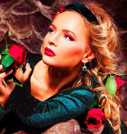 Анимация Девушка блондинка с обручем и цветами на голове, с развевающимися белыми волосами, с красными розами вокруг нее, держит в руках красную розу (© Akela), добавлено: 20.05.2015 01:19