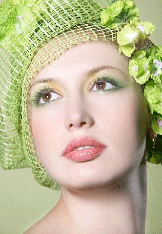Анимация Девушка в зеленой шапочке из сеточки в клетку с цветами и с зеленым макияжем глаз