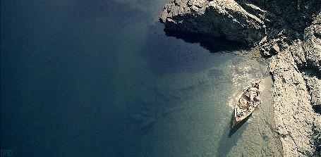Анимация Мужчина лежит в лодке, у берега моря (© Seona), добавлено: 25.05.2015 11:56