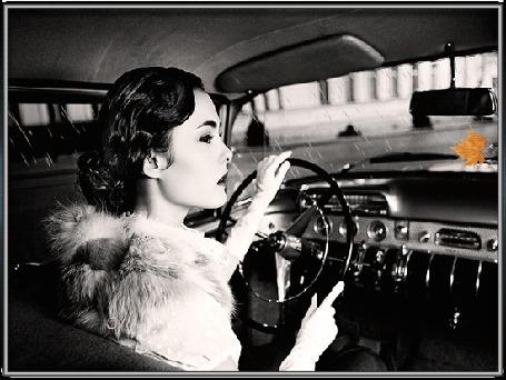 Анимация Девушка сидит за рулем машины а за окном льет дождь на сером фоне