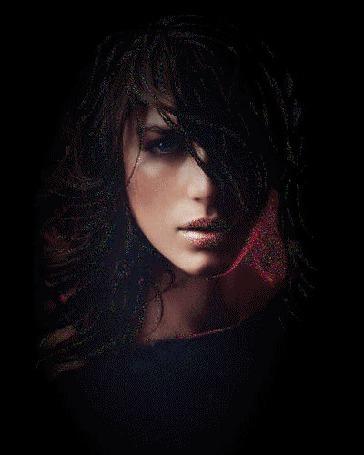 Анимация Девушка с темными волосами и грустным взгляом