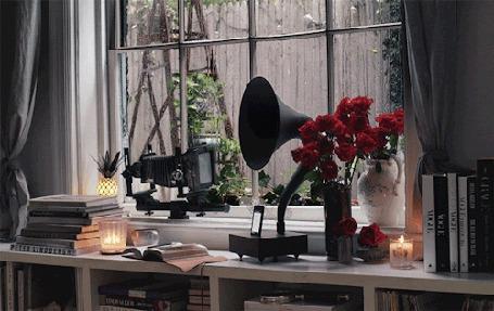 Анимация Граммофон стоит на столе, на фоне окна, за которым идет дождь