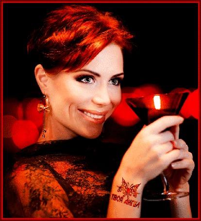 Анимация Милая девушка с улыбкой держит в руке фужер с вином автор ТВОЙ АНГЕЛ (© qalina), добавлено: 31.05.2015 20:29