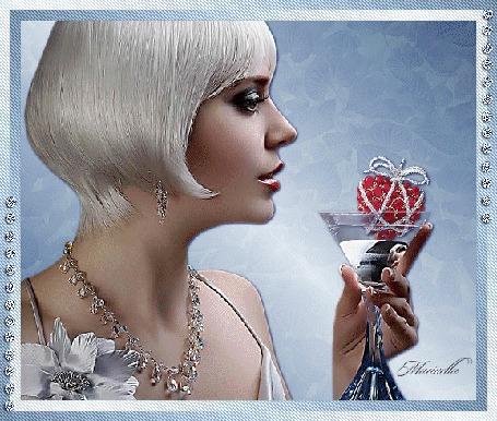 Анимация Белокурая девушка с рюмкой в руке автор Маринелла